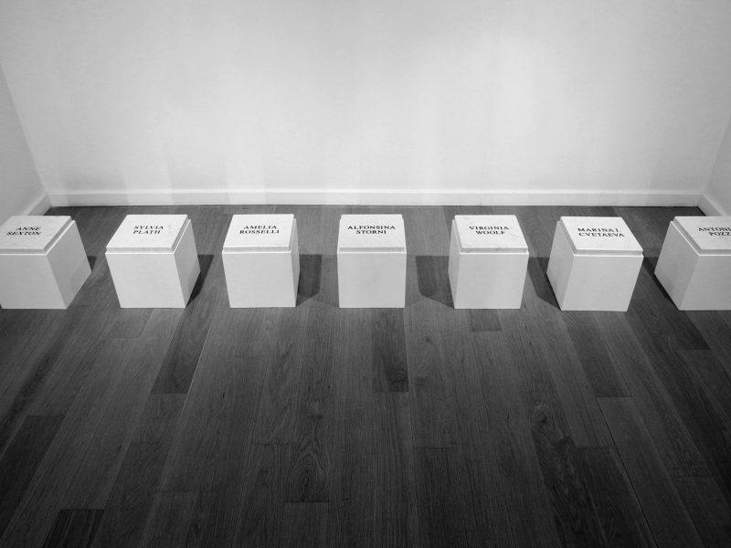 Sucide-Girls-2016-installazione-ambientale-legno-verniciato-e-marmo-di-Carrara-inciso-a-sabbia